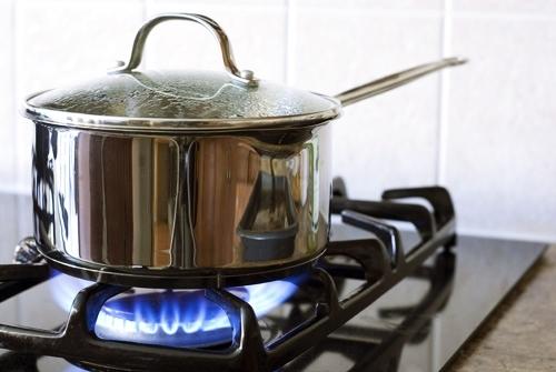 Tại sao nấu bếp gas mà vẫn bị đen nồi?